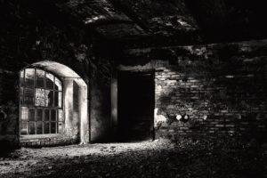 Im dunklen Keller ein Kabel aufwickeln